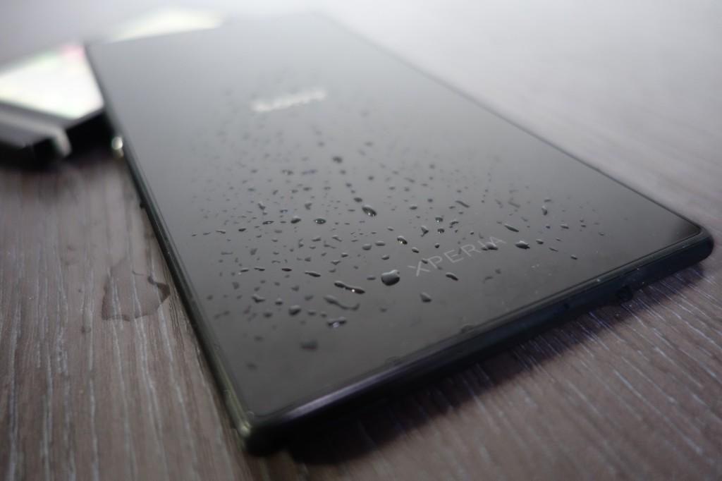 Z Ultra 的后背采用了 Dragontrail 玻璃,并印有 SONY 及 XPERIA 字样
