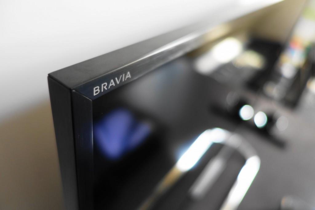 左上角的 BRAVIA Logo 是整个正面仅有的两处标记中的另一个。除此以外没有其他任何吸引视线的设计