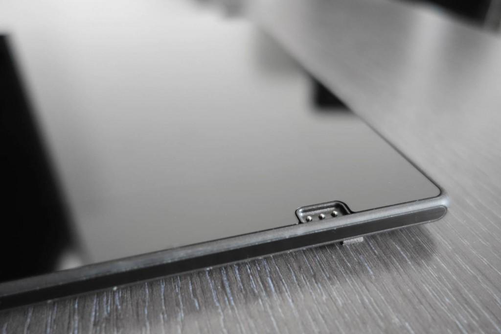 键盘充电接口低调地置于正面的右下角