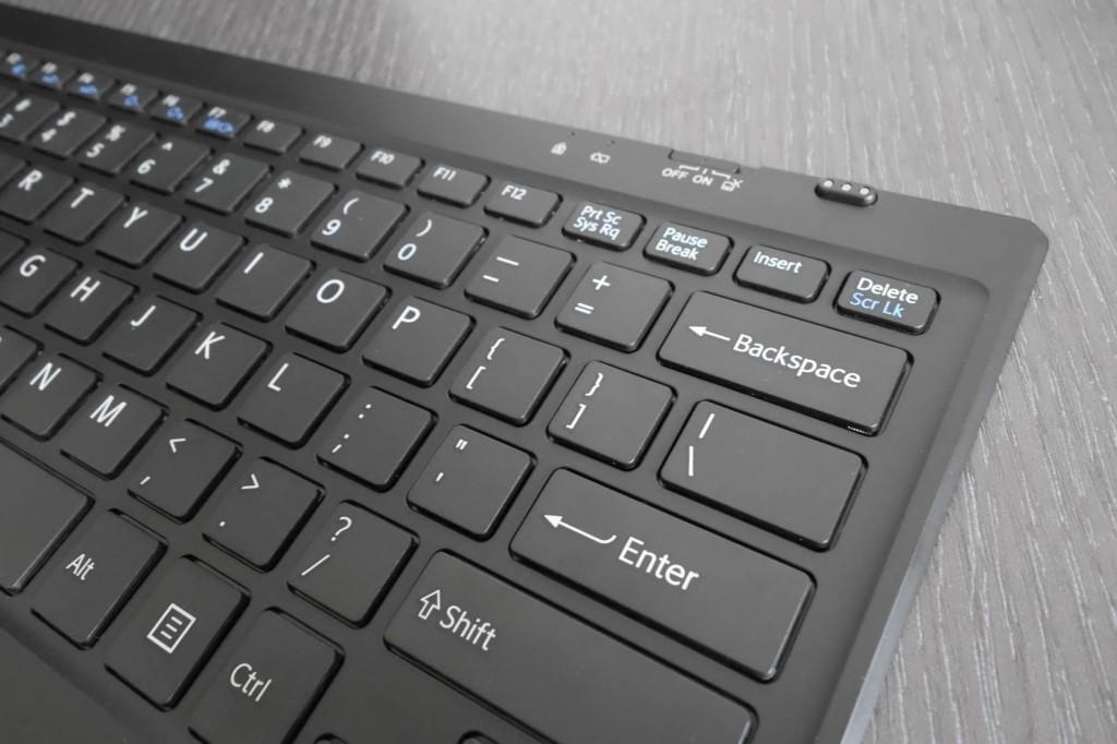 键盘右上方有独立的开关,其中触摸板可以关闭。另提供了大写锁定指示灯与低电量提示灯