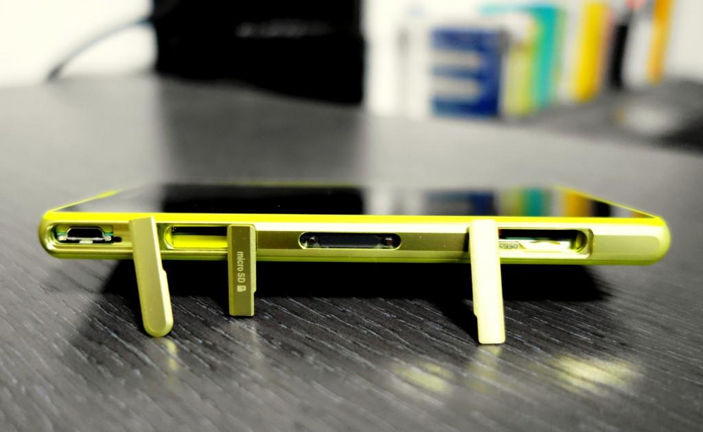 机身左侧依次是 MircoUSB 接口、MicroSD 卡槽、磁力充电接口与小型 SIM 卡插槽