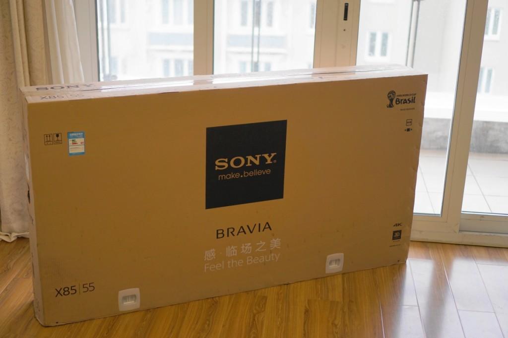 55X8500A 的外包装。和其他产品一样,包装上标注了索尼是今年 FIFA 世界杯的合作伙伴