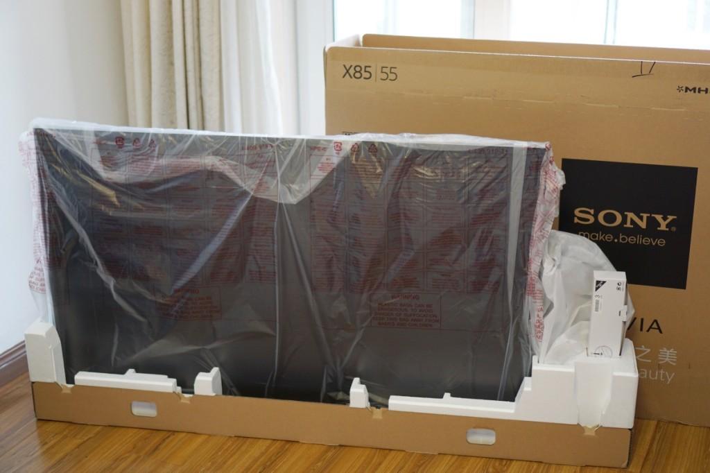 取下外包装底部附近的卡扣后,就能分离外部的纸板包装