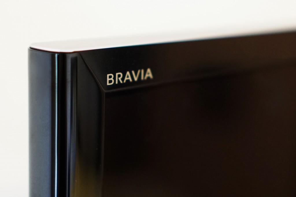 左上角低调地印有 BRAVIA 的 Logo