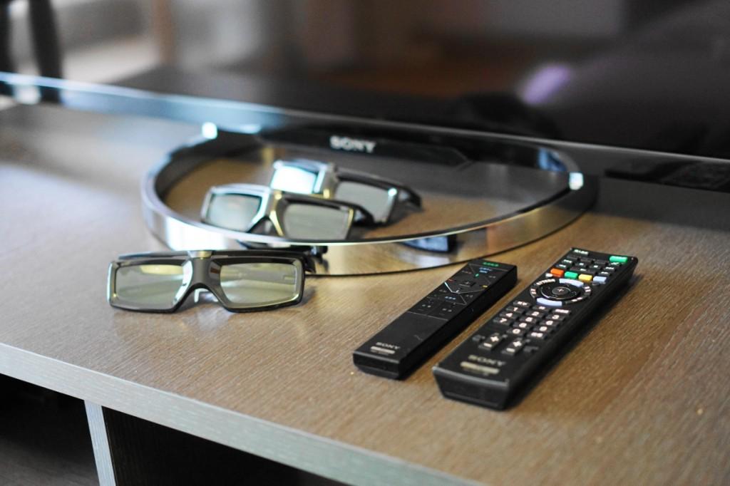 X8500A 随机附带了三副主动快门式 3D 眼睛,以及传统遥控器和支持 NFC 功能的一触(One Touch)遥控器