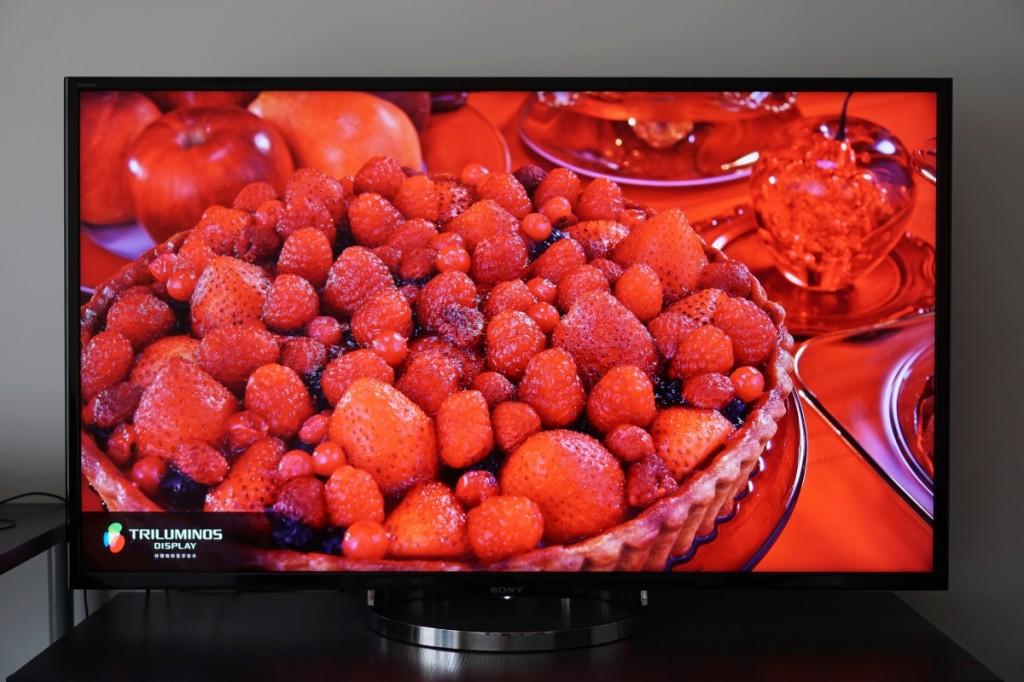 X8500A 的红色非常鲜艳,比照片所能表现的还要热烈。尽管很震撼,但可能并不是所有人都喜欢这种红色,可以试着在画质设置的白平衡选项中微调红色增益与偏差