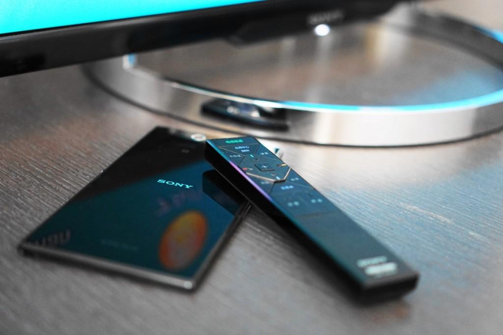 小巧的一触遥控器提供了日常频繁使用的必要功能,并搭载了 NFC 芯片,只需与 Xperia 智能手机等支持 NFC 的设备轻触,就能自动将屏幕画面投影至 X8500A