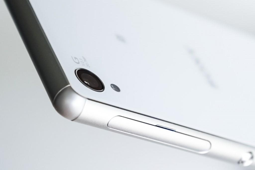 2070万像素1/2.3' Exmor RS™ for mobile 传感器 + 25mm广角 G 镜头 + BIONZ for mobile