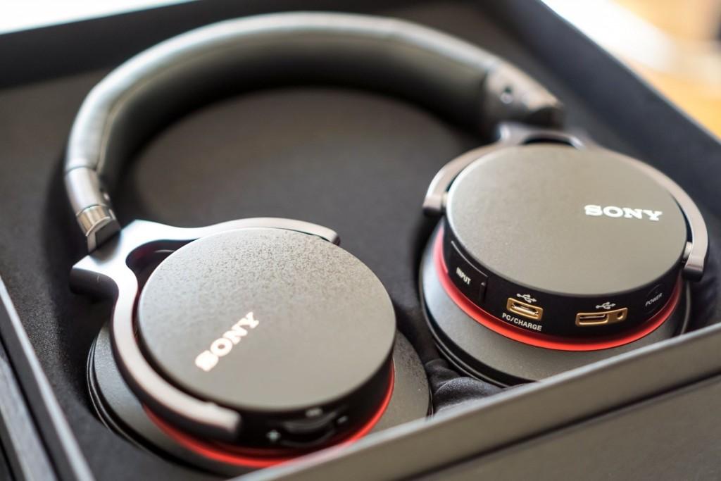 1ADAC 的左侧放置了3.5mm模拟音频输入接口、PC USB 输入/充电接口、Xperia/ Walkman/ iOS 设备 USB 输入,及电源开关、