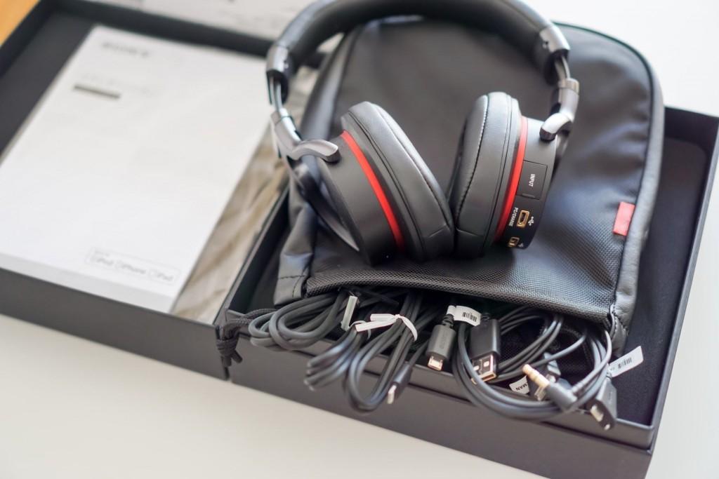 各类说明书隐藏于左侧盒盖夹层中。附送的便携包不但可以容纳耳机,其夹层还可以收纳各类线材
