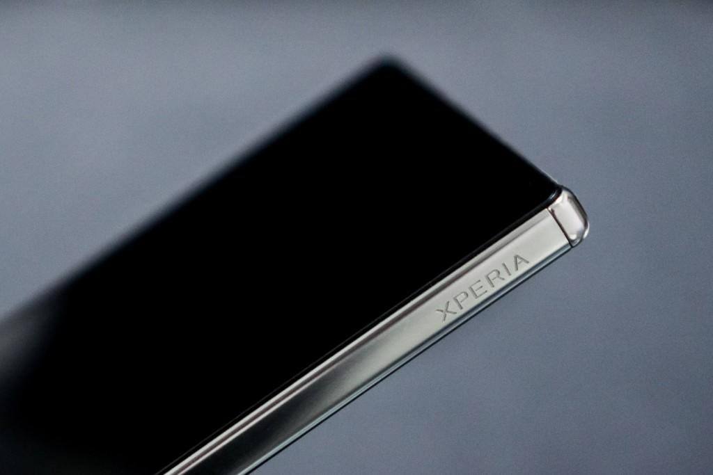 与 Xperia Z5 一样,Z5 Premium 同样在左侧蚀刻了 XPERIA 徽标,富有光泽的金属材质更具质感